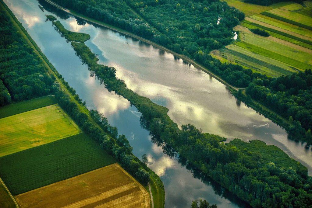 Dieses Bild hat ein leeres Alt-Attribut. Der Dateiname ist Flugbild-Stausee-Fluss-Wasser-1024x684.jpg